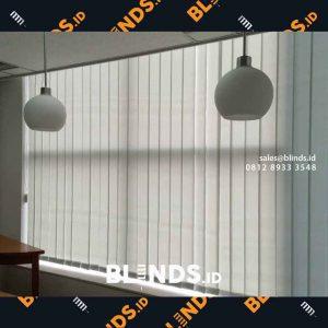 vertical blinds bahan dimout untuk jendela kantor