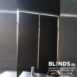 roller blinds bahan blackout warna hitam untuk jendela kantor