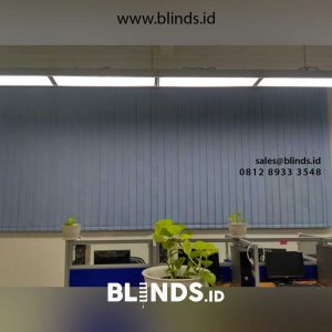 contoh vertical blinds semi blackout warna biru sharp point id4576