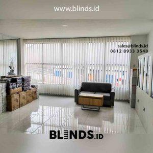 jual vertical blinds bahan semi blackout warna putih di Cikarang id4897